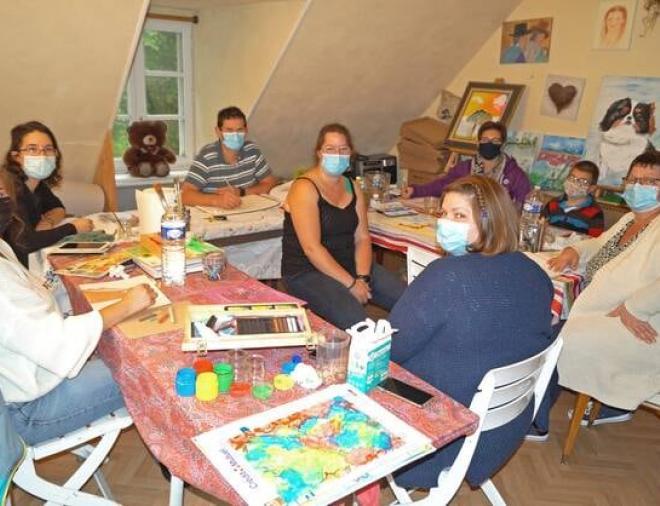 Virginie, au centre, apporte ses conseils à l'ensemble des participants à la Ruche d'art.   OUEST-FRANCE